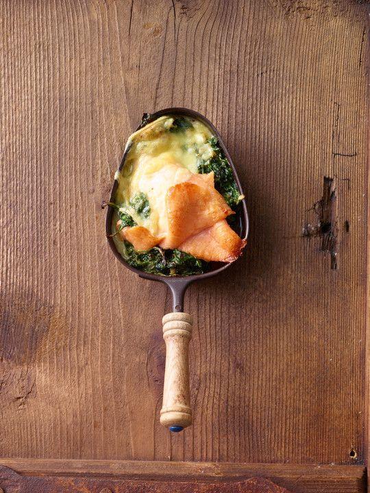 Räucherlachs auf Blattspinat, ein beliebtes Rezept aus der Kategorie Überbacken. Bewertungen: 6. Durchschnitt: Ø 4,1. #fonduecheese