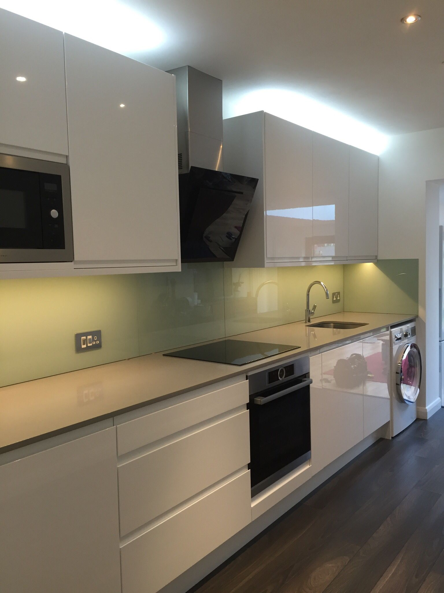 Silestone Kensho Quartz Glass splashback White kitchen | Homeeeeee ...