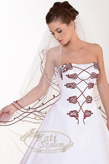 5a5ba4cac4 Kollekció - Kati Szalon Szintén egy magyaros esküvői ruha ...