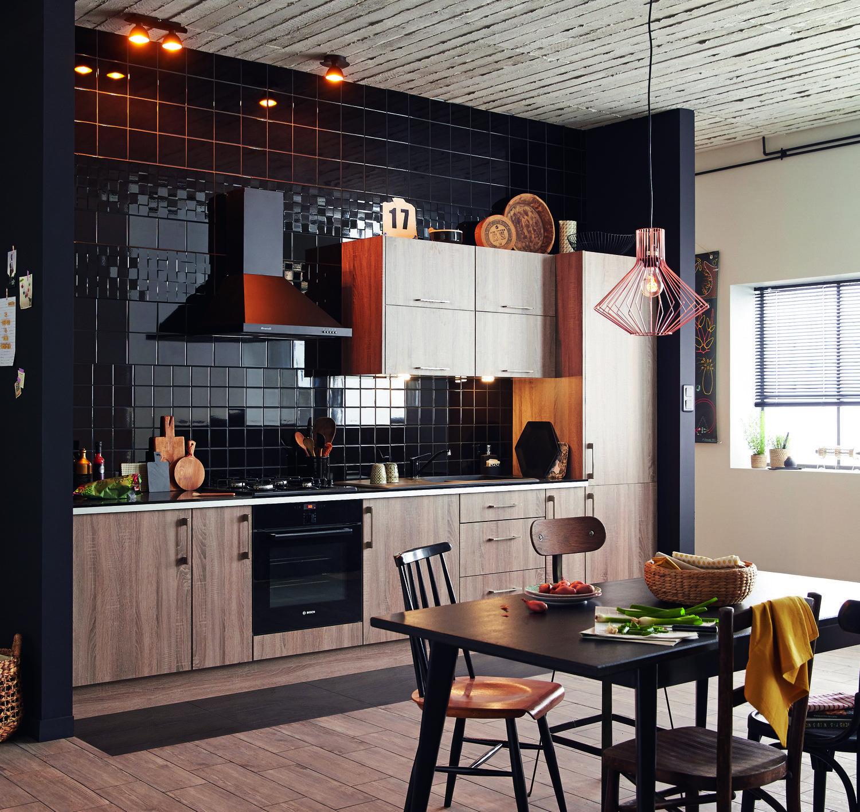 Une cuisine Topaze chêne havane et carrelage mural noir brillant ...