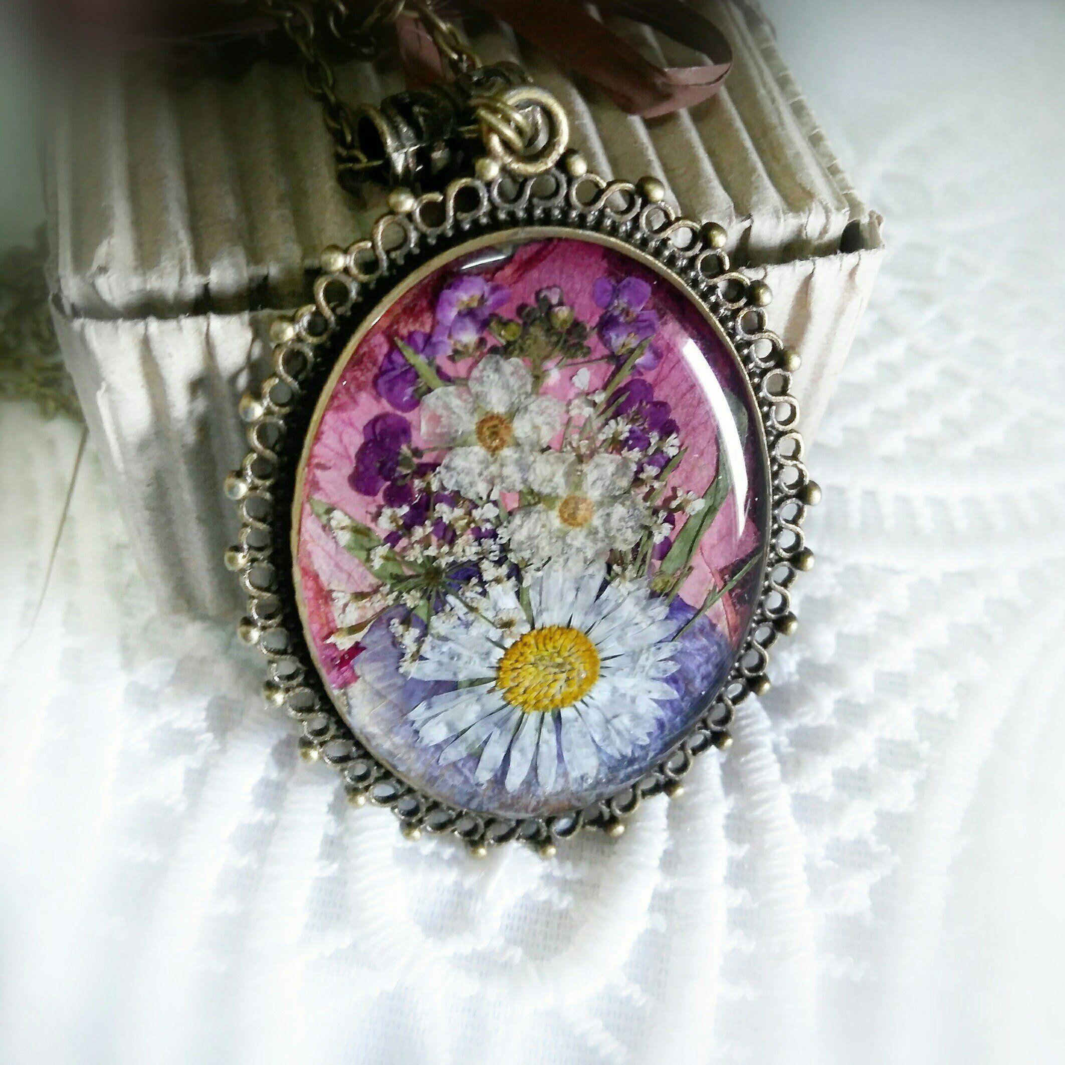 Daisy necklace in resin terrarium jewelry pressed daisy