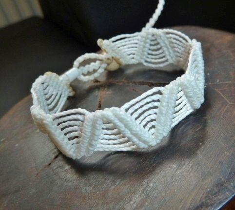 Schönes geknüpftes Armband in Makrameetechnik in weiß.  Als Verschluss dient eine Holzperle, unser beliebter Schlaufenverschluss.  Das Armband ...