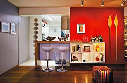 Integradas com a sala, estas cozinhas foram renovadas com recursos como pintura, iluminação e revestimentos