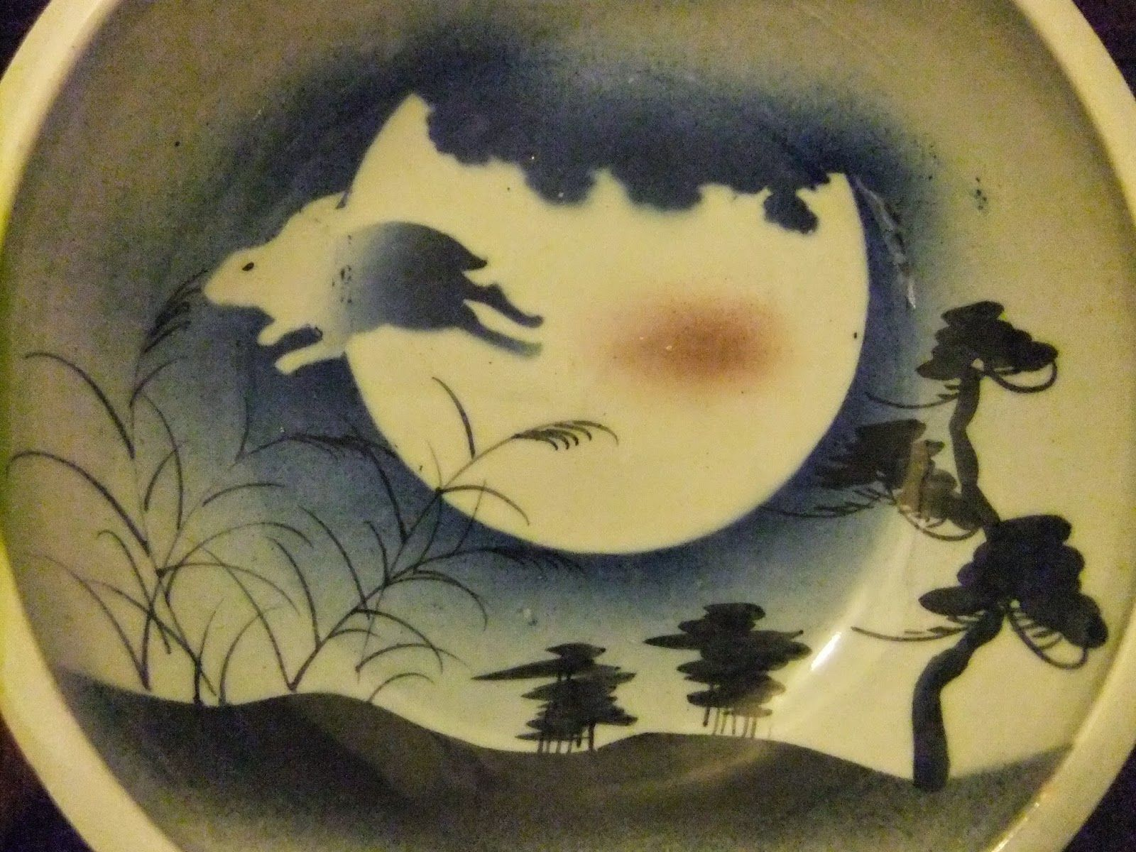 In the lunar calender this year, we have a moon viewing days of the full moon for three times in Sept.,  Oct.,  and Nov. Thus, I have my moon-viewing plate with a rabbit and moon motifs still out on a counter.