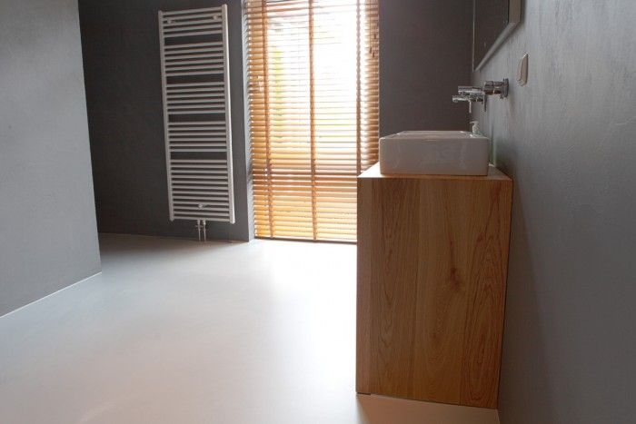 Badkamer met gietvloer in combinatie met microcement wanden ...