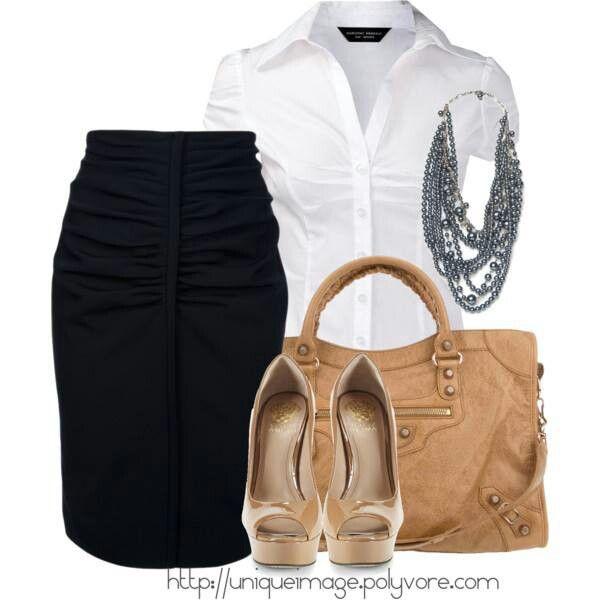 Conjunto office pollera negra, camisa blanca, cartera y zapatos color suela.