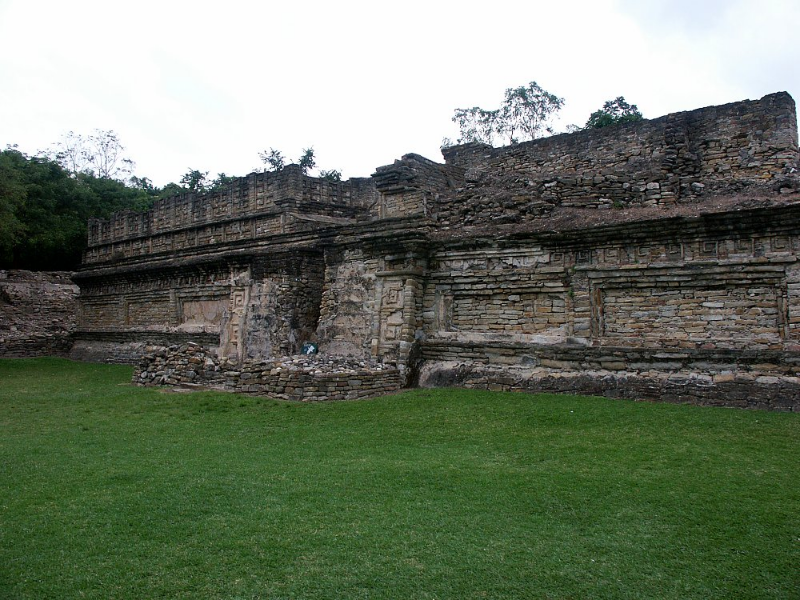 The Veracruz coast land was a verdant area, even in prehispanic times, and the area of this city and its subsidiary villages was quite extensive (several thousand acres total) with a population in the tens of thousands, a degree of over-population and probable environmental degradation which led to its downfall