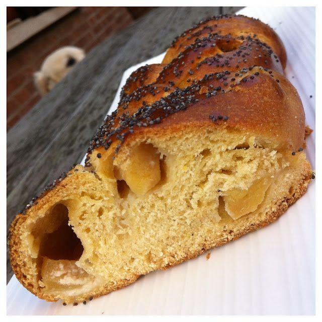 Pane dolce del sabato con crema di mandorle e mele