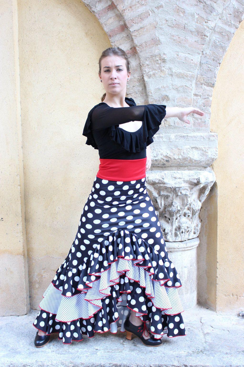 7d1f03ea8df Falda de flamenco y ensayo con tres volantes, fajín y vistosos lunares.  #lunares