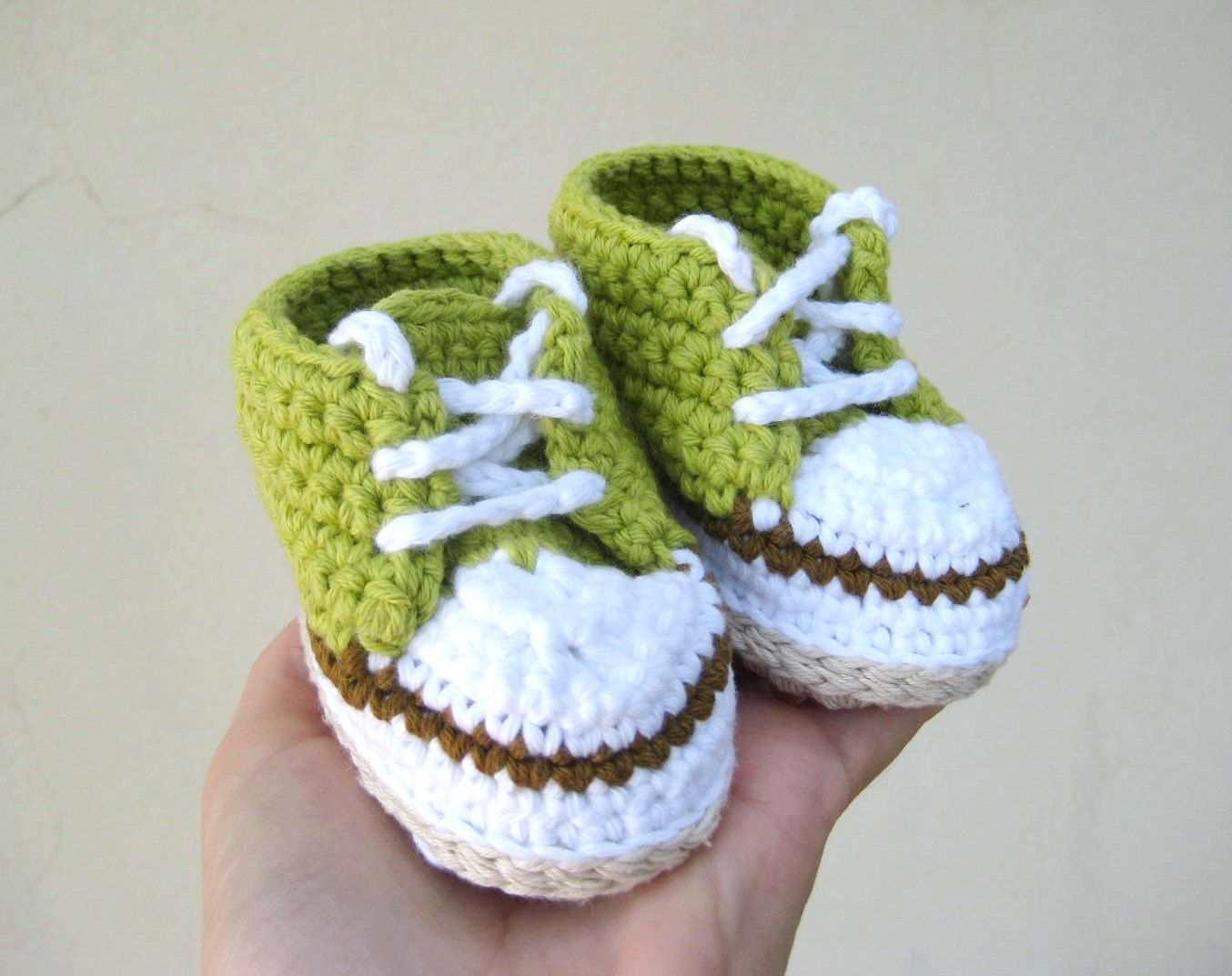 Crochet pattern baby sneakers - Crochet baby pattern - Baby girl and boy sneakers - pinned by pin4etsy.com