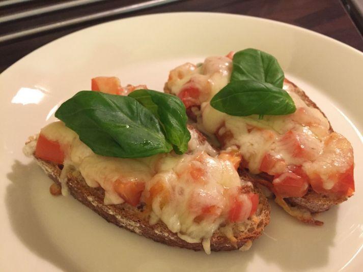 Valkosipuliset tomaatti-mozzarella leivät | Ideakeittiö reseptit