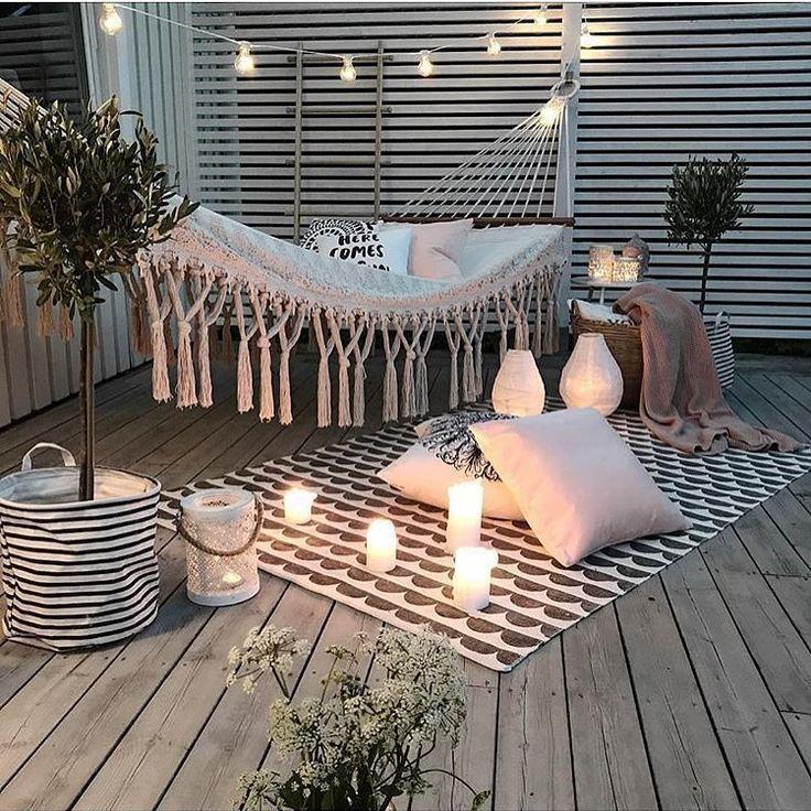 Terrasse, Holz, Hängematte, Teppich, Kerzen, wei�, gemütlich  #gemutlich #hangematte #kerzen #teppich #terrasse #balkonideen