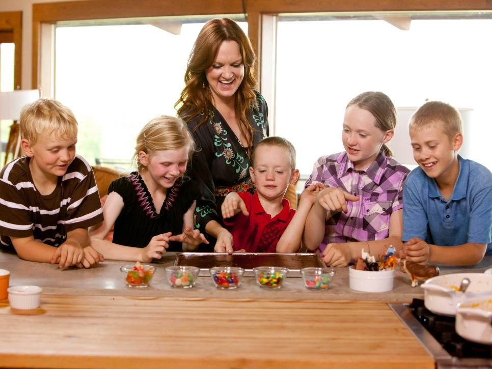 Get A Behind The Scenes Look At Ree Drummond S Life As The Pioneer Woman At Home On Her Ranch In Oklahoma Pioneer Woman Ree Drummond Ree Drummond Pioneer Woman