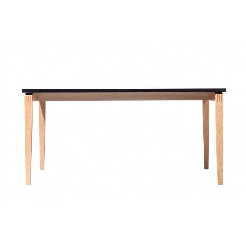 Stoły Stockholm reprezentują skandynawskie wzornictwo, tam urodził się ich projektant Mads K. Johansen. Oryginalny detal połączenia nóg i uniesiony blat doskonale uzupełniają kolekcję krzeseł.