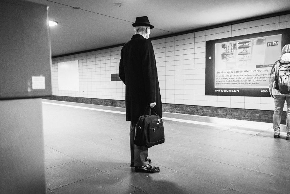 Donnerstag, 13.11., 12:38 Uhr – Mitte, U-Bahnhof Friedrichstraße: Bundestag debattiert. © Christoph Wehrer