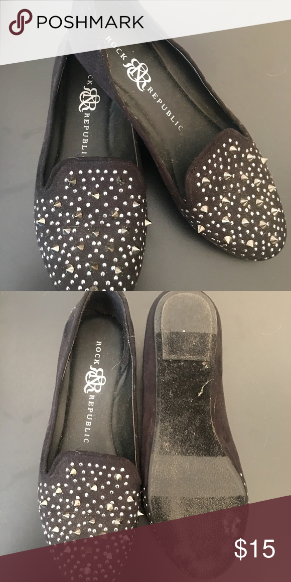 🍂 Black spiked flats Worn a few times but in great condition! I will wipe them down once they are bought. Flats are black with silver hardware and slightly pointed toes. Size 6.5 and fits very true to size! Rock & Republic Shoes Flats & Loafers