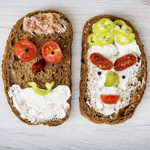 """Das einfachste Gericht der Welt: Butter + Brot = Butterbrot. Weitere Bezeichnungen für die kleinen Snack zwischendurch sind Bemme, Kniffte, Schnitte, Stulle, Bütterken, Butterschmier, Donge oder wie im Erzgebirge gebräuchlich """"Fieze"""". Wir lassen uns dann mal die beiden Kollegen schmecken und wünschen ein schönes Wochenende! #TagdesButterbrotes #Wochenende #DIEpA"""
