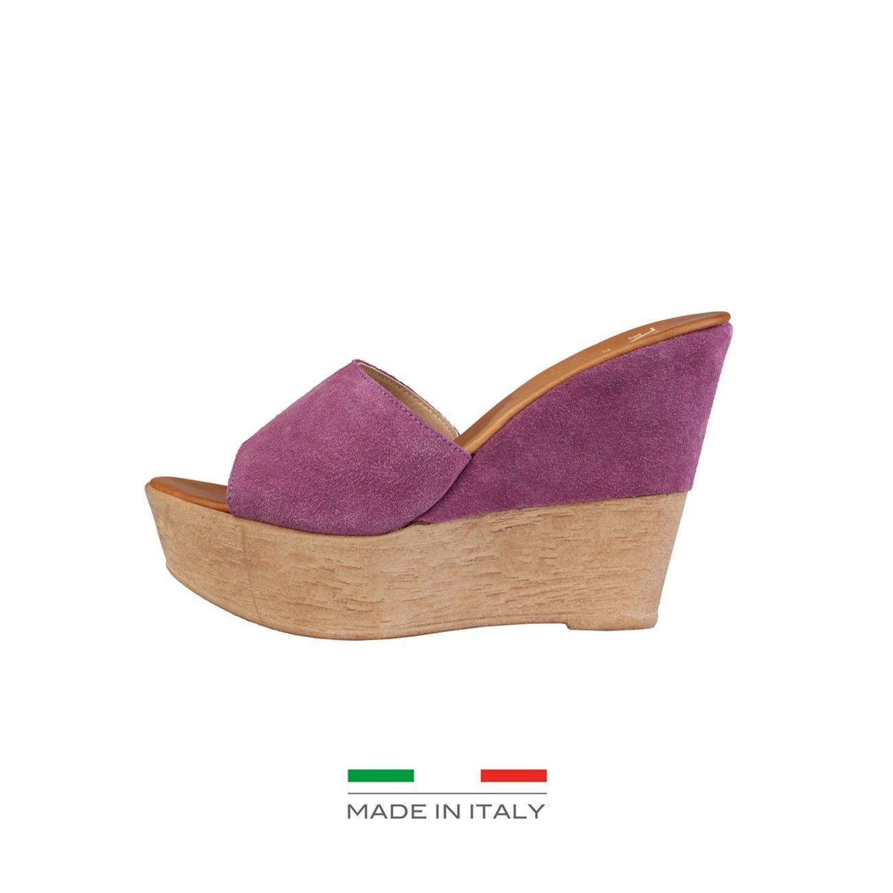 <p><br /> Chaussures pour femmes Versace 1969 Abbigliamento Sportivo srl Milano Italia<br /><br /> - Semelle compensée<br /><br /> - empeigne 100% croûte de cuir<br /><br /> - intérieur cuir<br /><br /> - semelle intérieure en cuir<br /><br /> - semelle en caoutchouc<br /><br /> Plateau 5 cm. + Semelle compensée 6 cm.<br /><br /> Made in Italy</p><br />