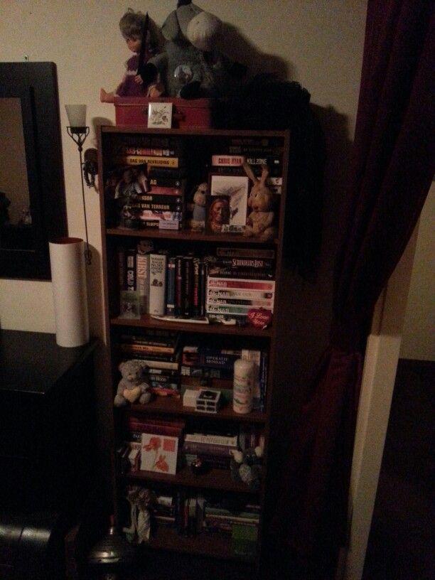 Onze slaapkamer boekenkast met lieve en leuke hebbedingetjes.