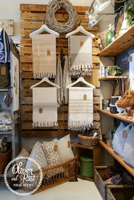 Pyyhkeiden/pöytäliinojen/torkkupeittojen esillelaitto: puuhenkarit.  Store display: wooden hangers, blankets, tablecloths, towels