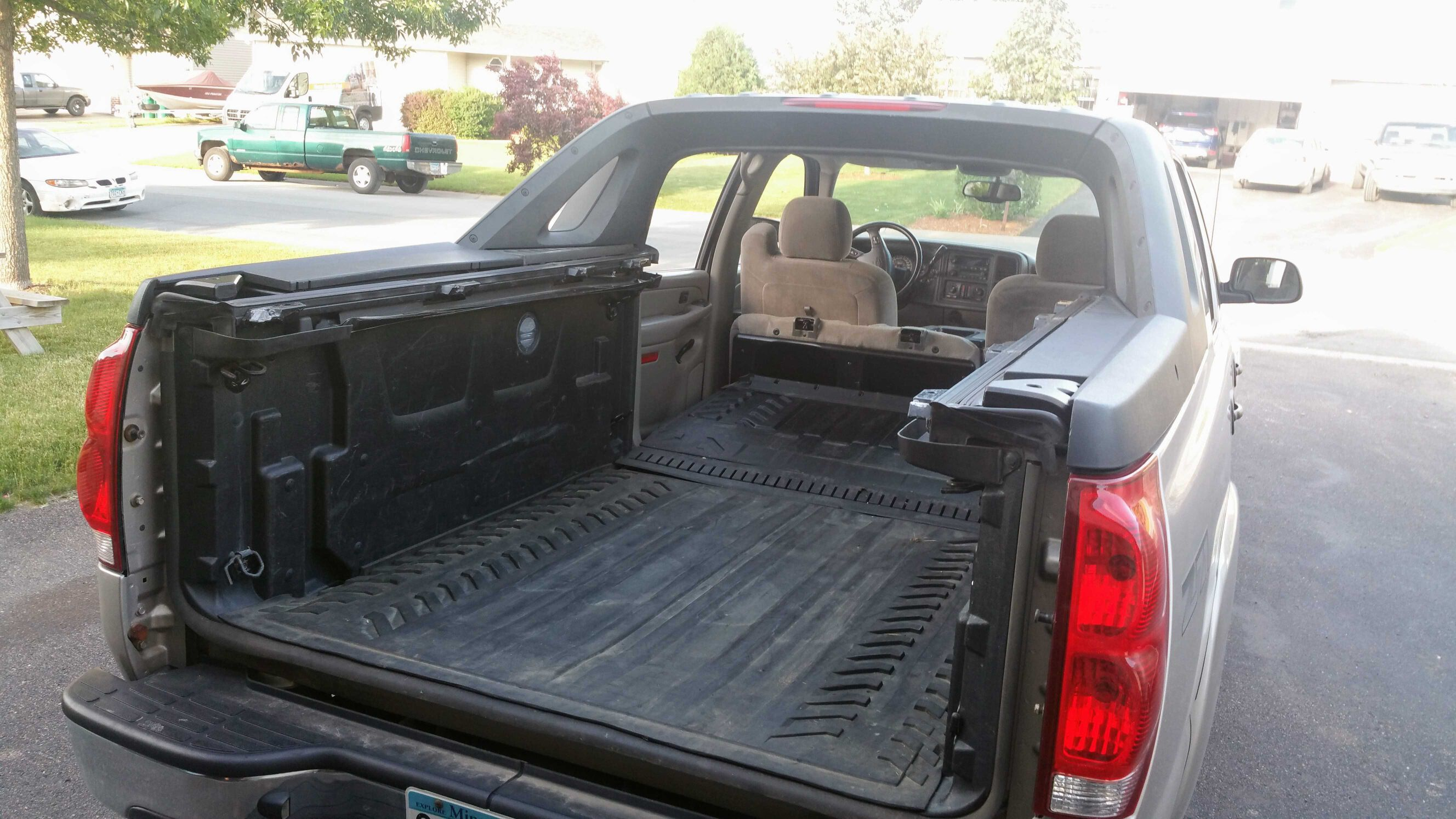 2005 Avalanche With All Panels Removed And Midgate Down Chevy Avalanche Avalanche Cars Trucks