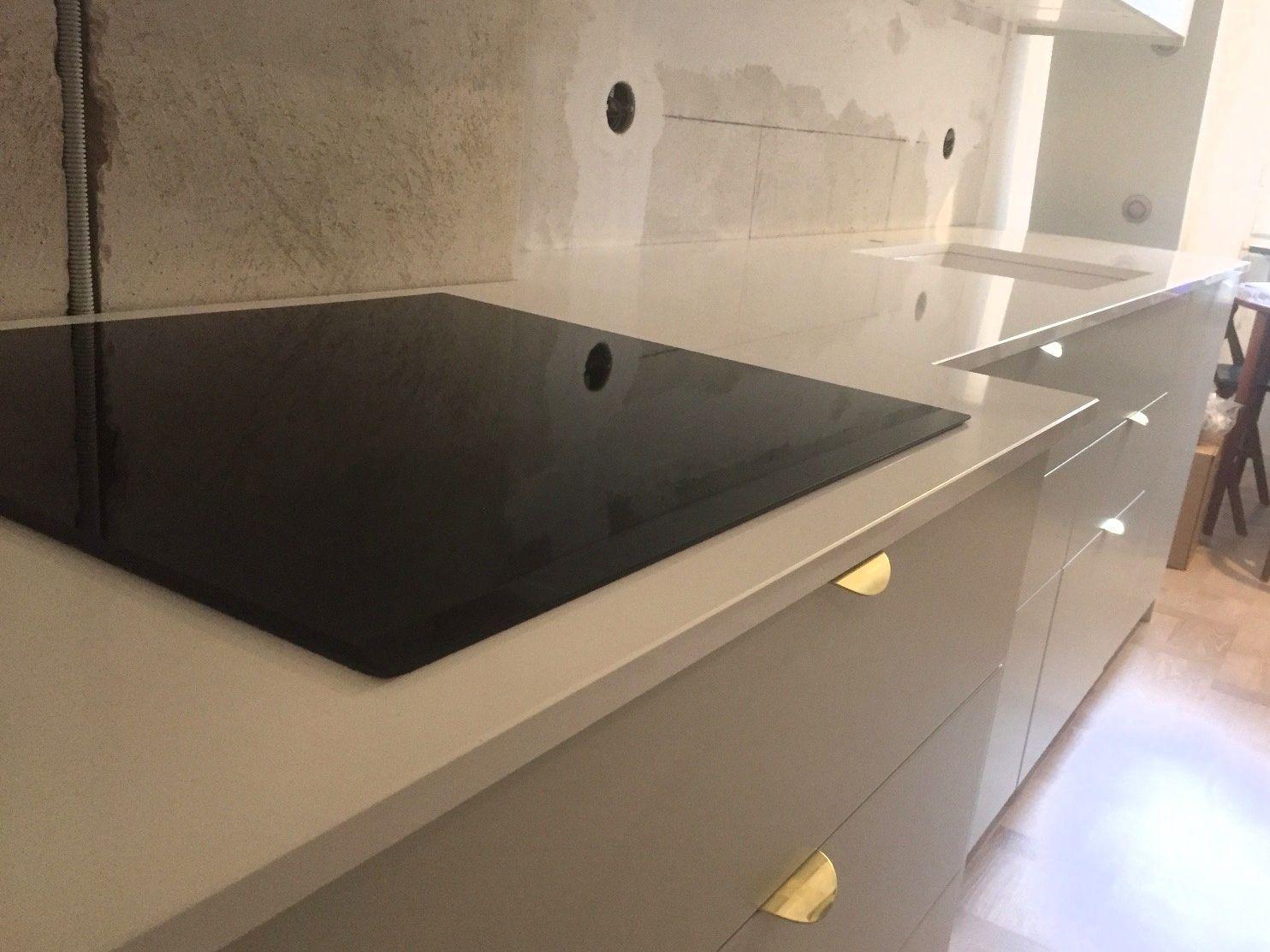 Crystal Absolute White i #köket! Riktigt fint blev det! #design #kök #instainredning #instahome #quartz #komposit #bättremedsten