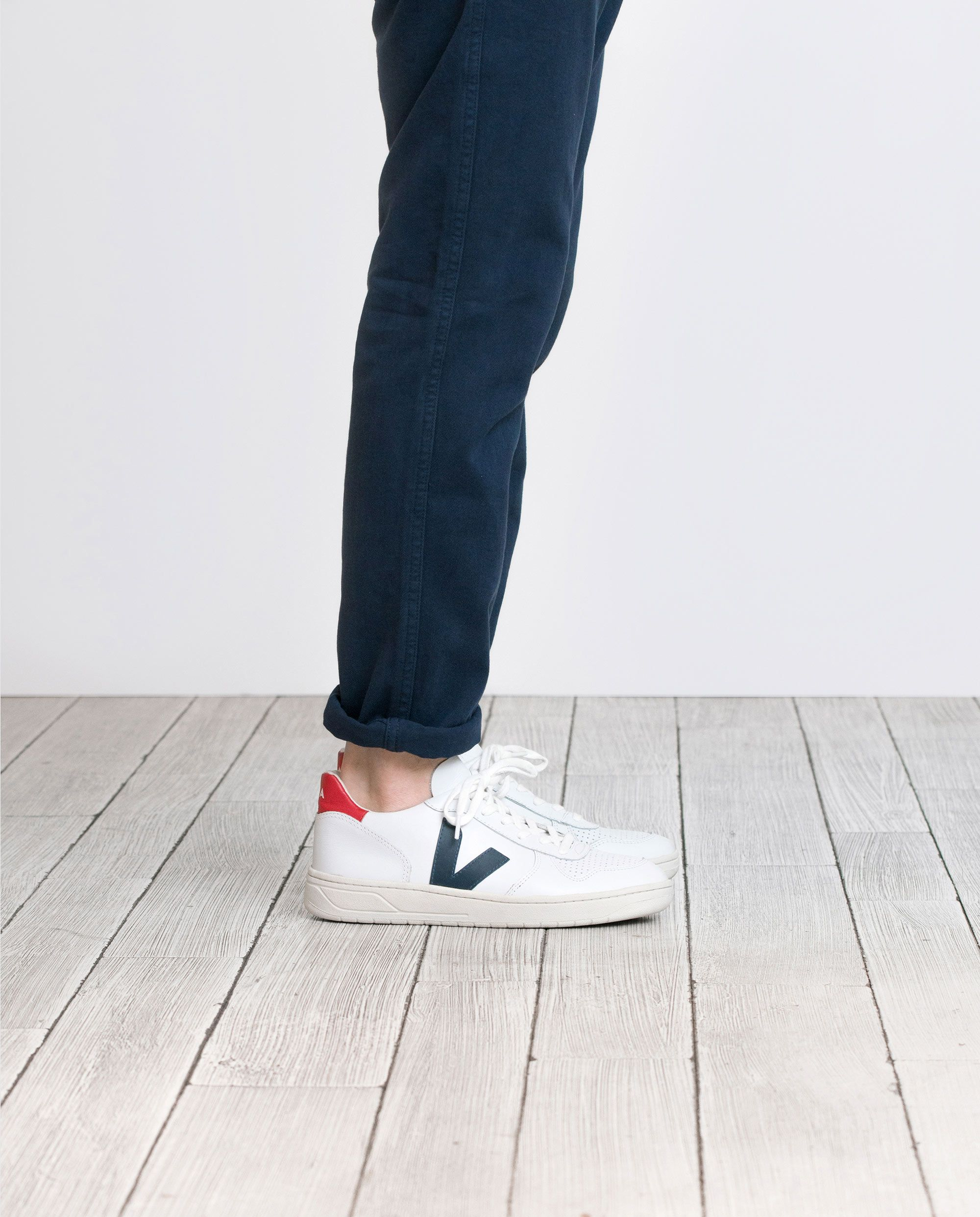 Necesario meditación Avispón  V-10 EXTRA WHITE NAUTICO PEKIN: Made out of leather, recycled cotton and  wild rubber from the Amazonian fores… | Sneakers outfit men, White shoes  outfit, Veja shoes