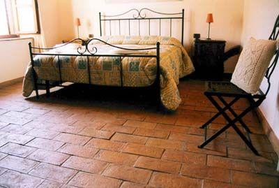 Foto di una camera da letto rustica con pavimento in cotto - Camera da letto rustica moderna ...