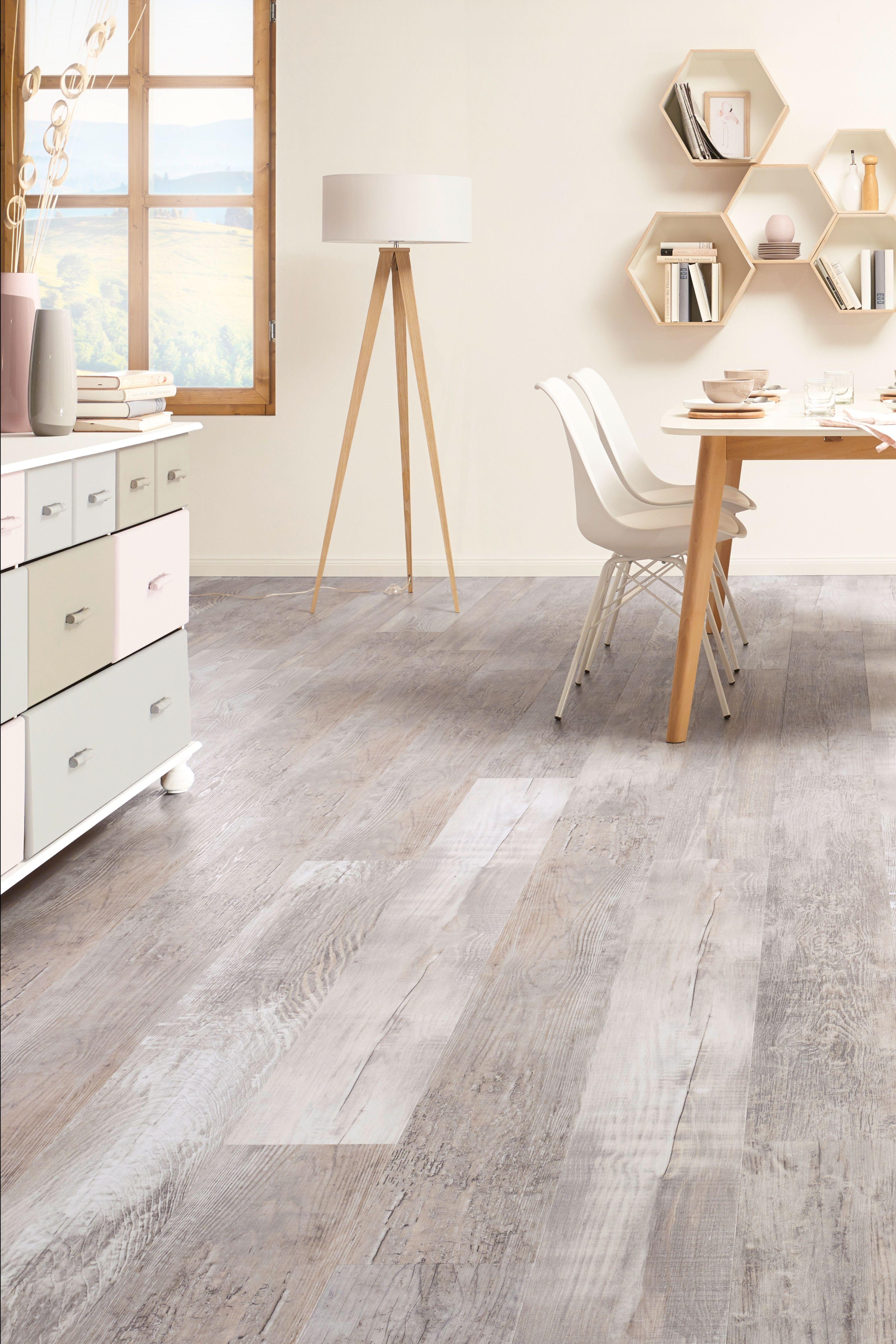 Grauer Vinylboden passt gut zur Holzoptik