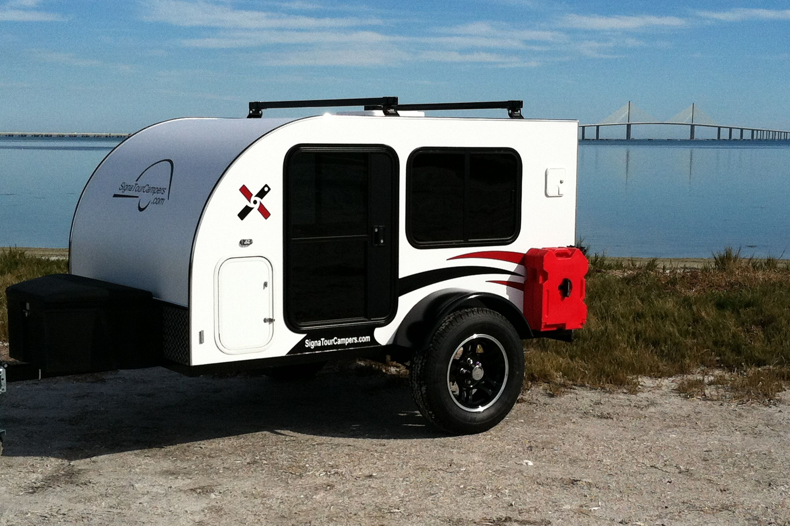 The Rockledge is SignaTour Campers off road teardrop camper and features a standard roof rack and front cargo box.  The Rotopax gas and storage cans are simple options that add to the functionality of this great camper.  Weighs only 1,000 lbs.