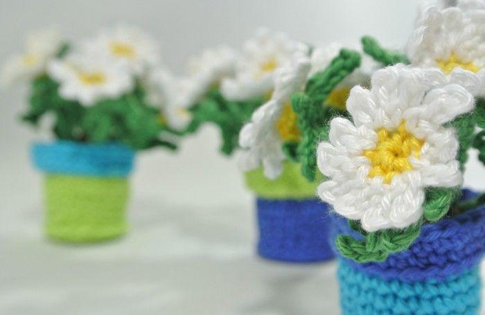 Haak je eigen roosjes, zonnebloemen, margrietjes of tulpen in een potje met jou eigen kleuren. Ze zijn 8cm hoog en passen overal  Haakpret