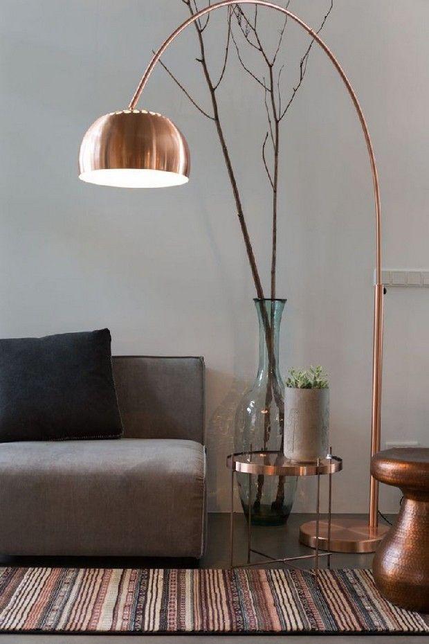 Belle lampe luminaire lampe cuivre tapis salon chambre déco interior design année 60 luxe luxury life automne autumn lumière feutrée plantes vases sofa