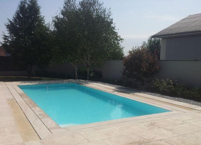 Überlaufbecken von Pool Oase nahe Wiener Neustadt Pool-Garten