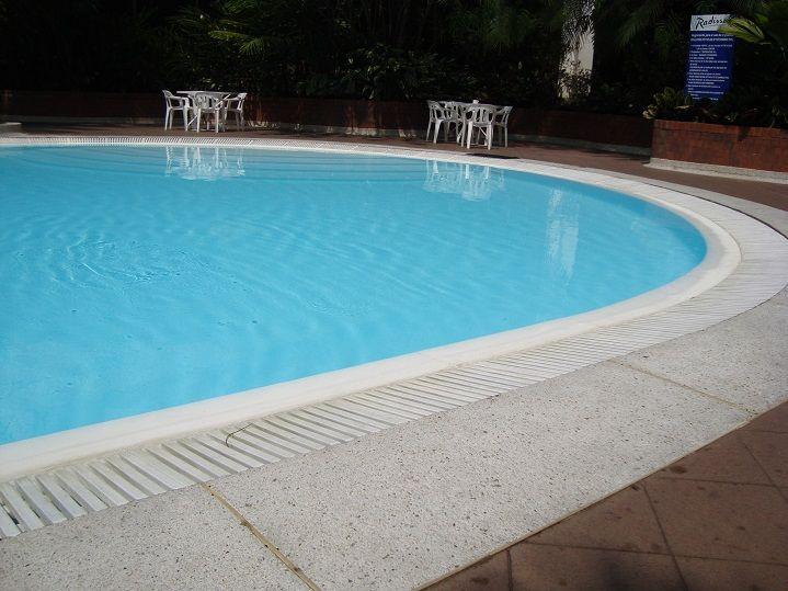 Rejilla para borde de piscina jacuzzis turcos saunas for Plastico para piscinas