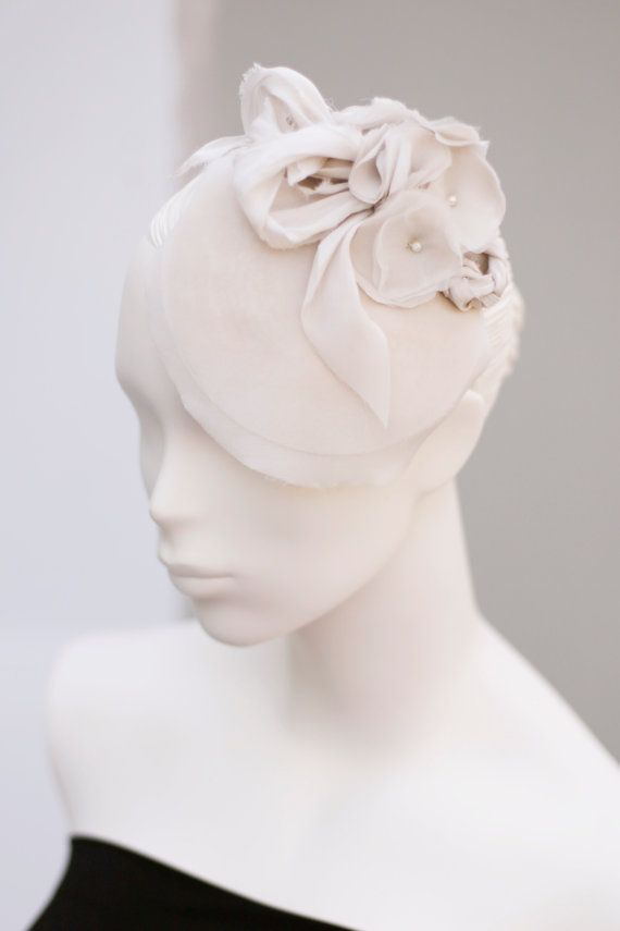 Sample Sale Silk Wedding Hat With Flowers por MaggieMowbrayHats