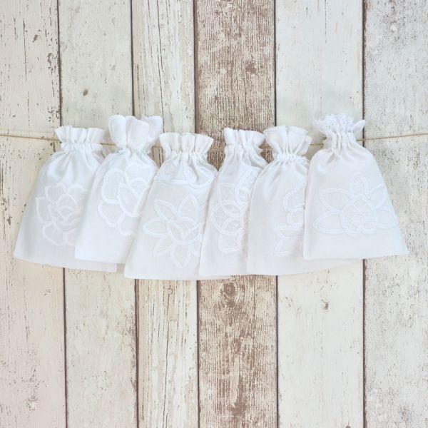 Baumwollbeutel - Weiße Weihnacht, 6er-Set - Weiße Baumwoll-Beutel mit weißer Blumenstickerei und hübschen Zierkanten.