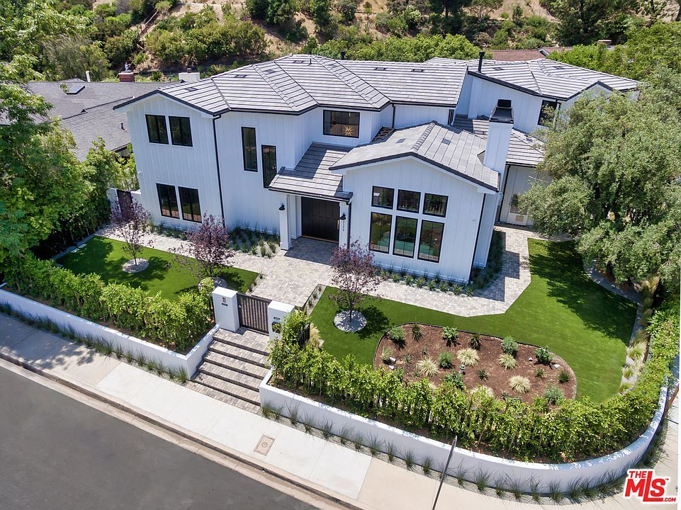 For Sale 5 475 000 Situated In Encino Hills This Modern Farmhouse Is Tucked Away In The Highly Desirable South Of Encino Los Angeles Homes Dream Properties