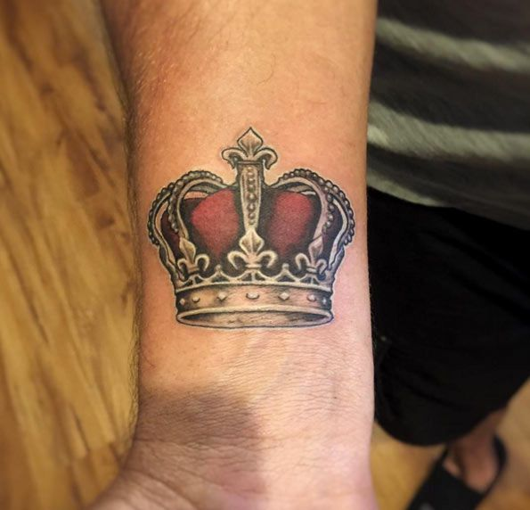 32 beautiful crown tattoos fit for royalty kronen. Black Bedroom Furniture Sets. Home Design Ideas