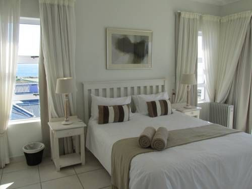 Point Village Accommodation - Stephen Mossel Bay Located in Mossel Bay, Point Village Accommodation- Stephen is a self-catering holiday home.  Ocean One – Stephen features a seating area, a fully equipped kitchen and is fitted with a private bathroom.