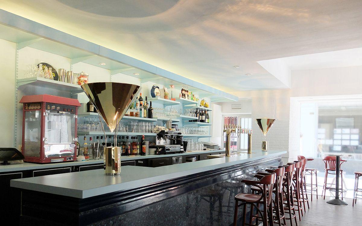 Caf K, Nantes, France vue de jour, comptoir de bar avec La gloriette ...