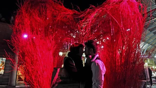 Romantic Valentine S Day Ideas In London Kissing In Covent Garden