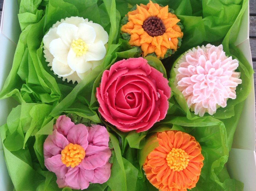 Piped buttercream summer flowers   cakes/ pasteles ...