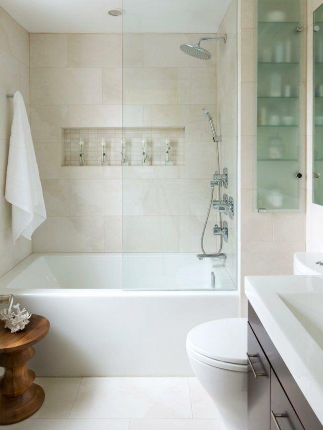 kleine badezimmer fliesen creme beistelltisch einbauregal badewanne ...