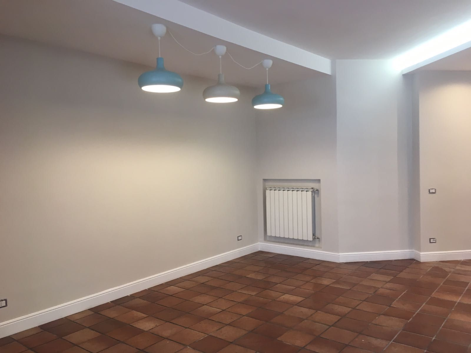Colore grigio pareti di casa con pavimento in cotto for Pavimenti per cucina e soggiorno
