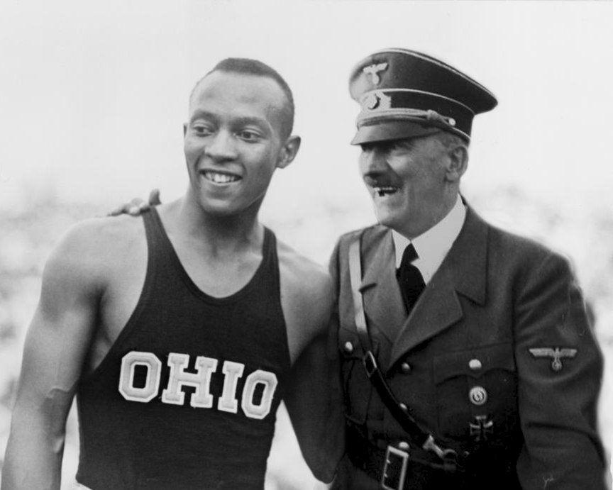 """Il film """"Race"""", sulla vita di Jesse Owens, fa finalmente giustizia della bufala su Hitler che si rifiuta di stringere la mano al campione americano"""