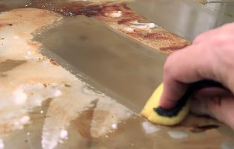 So Wird Selbst Das Dreckigste Backblech Wieder Sauber Mit Bildern Backofen Reinigen Hausmittel Haushaltsreinigungstipps Kuche Reinigen