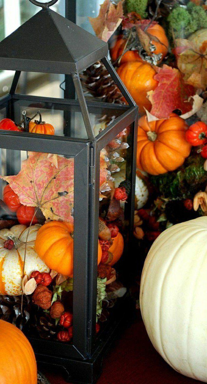 idee deco automne avec feuilles décédés, lanterne en fer noir et citrouilles