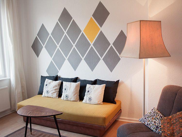 DIY-Anleitung Geometrische Wand in Rautenform gestalten via - wand streifen