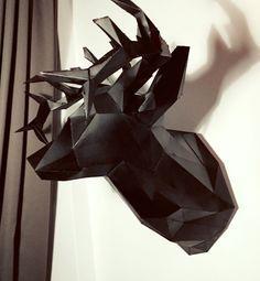 Ich habe eine echte Hass-Liebe mit meiner neuen Wand Dekoration. Alles fing damit an, das ich eine kostenlose Anleitung zu dem Origami Hirsch im Internet gefunden habe. Alles ganz einfach – d…