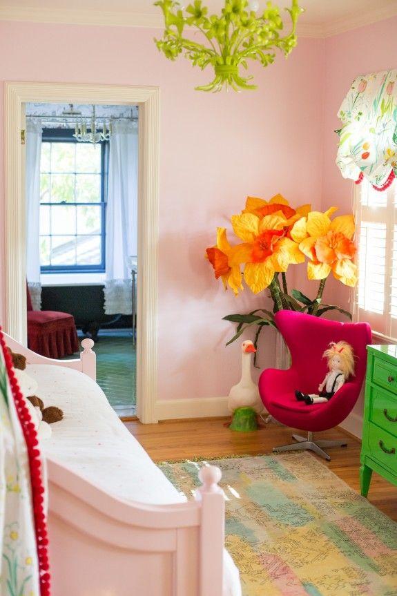 Vrolijke kamer voor kleine meisjes! Zalige papieren bloemen!